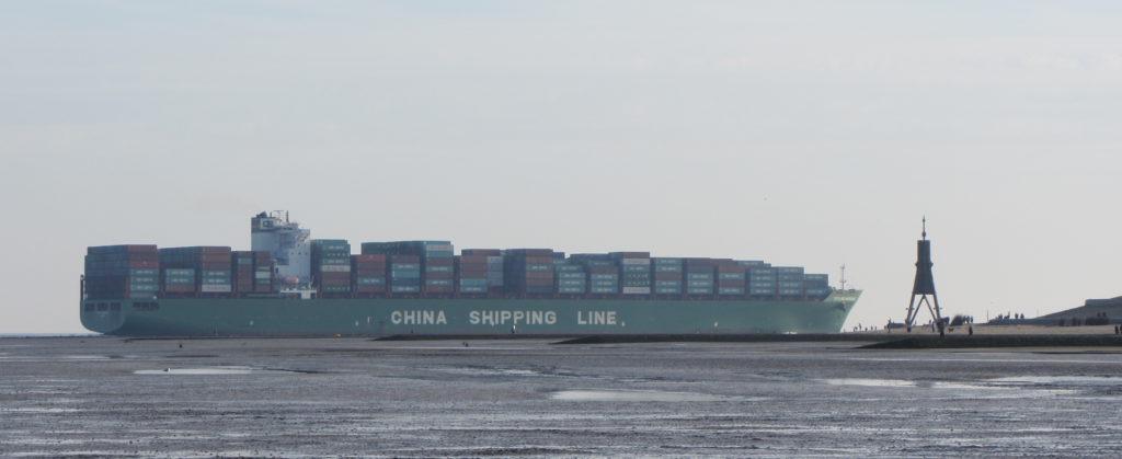 Containerschiff an der Kugelbake